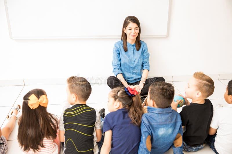 Grupp av studenter i ett förskole- klassrum fotografering för bildbyråer