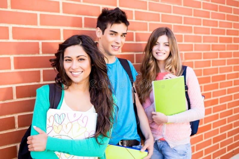Grupp av studenter i universitetsområde royaltyfria foton