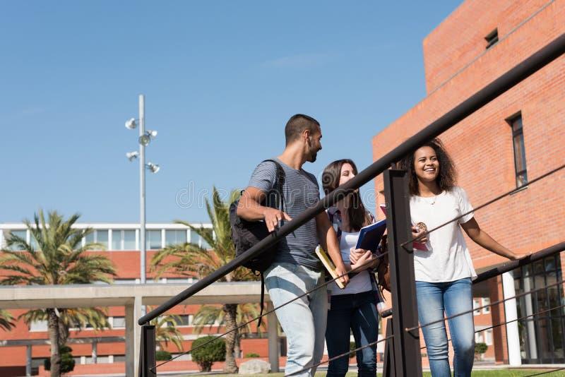 Grupp av studenter i universitetsområde arkivbilder