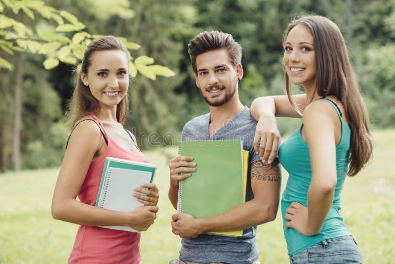 Grupp av studenter på parkera royaltyfri fotografi