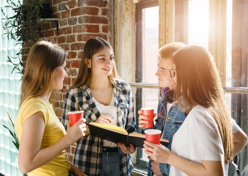 Grupp av studenter som dricker kaffe arkivfoto