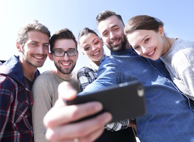 Grupp av studenter som tar en selfie arkivfoto