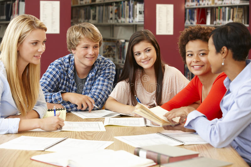 Grupp av studenter som tillsammans arbetar i arkiv arkivbild