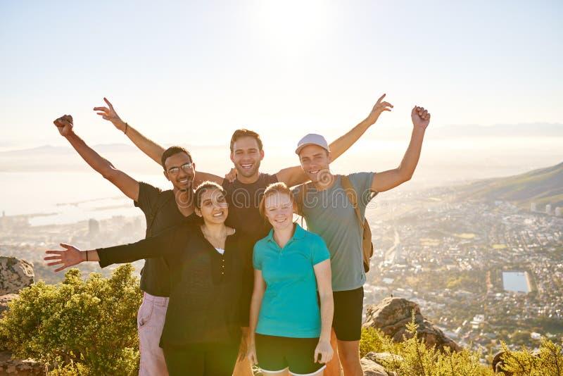 Grupp av studentfotvandrare som poserar på en bergnaturslinga arkivfoto