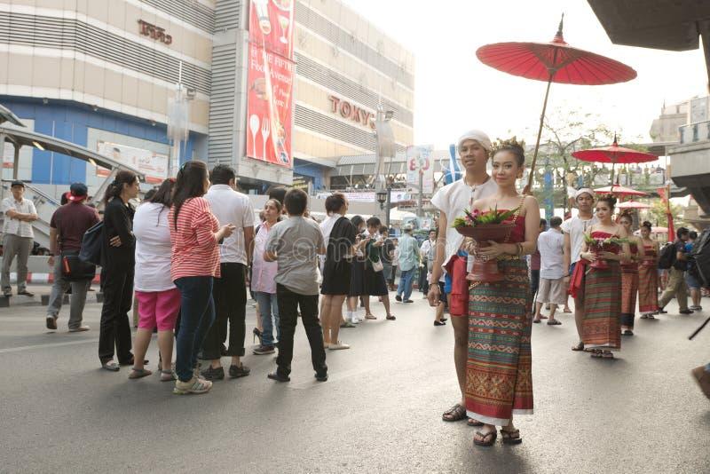 Grupp av thailändska traditionella påkläddpar på den Pathumwan genomskärningen royaltyfria bilder