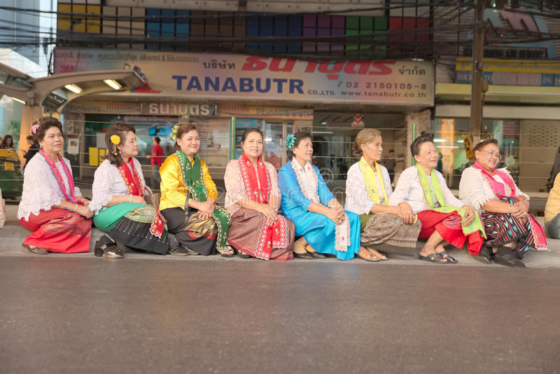 Grupp av thailändskt infött folk för dressing för livstil arkivfoto
