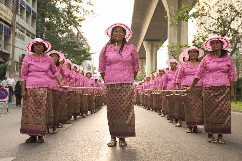 Grupp av thailändskt infött folk för dressing för livstil som bär ett rep fotografering för bildbyråer