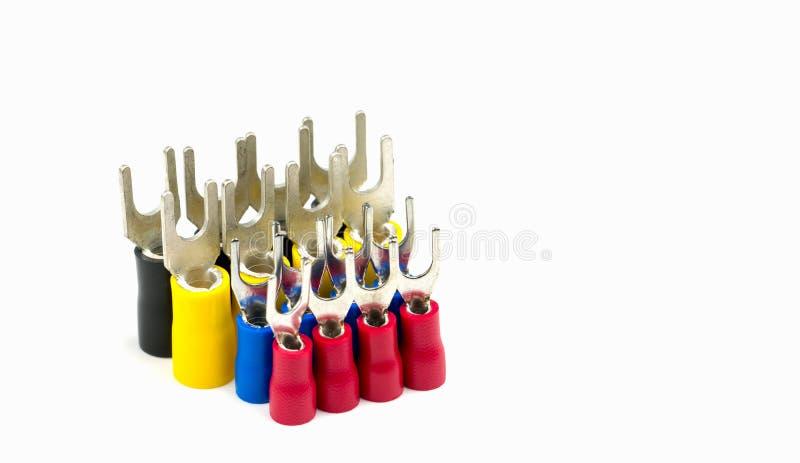 Grupp av tillbehör för kontaktdon för elektrisk kabel för spadeterminaler som isoleras på vit bakgrund arkivfoto