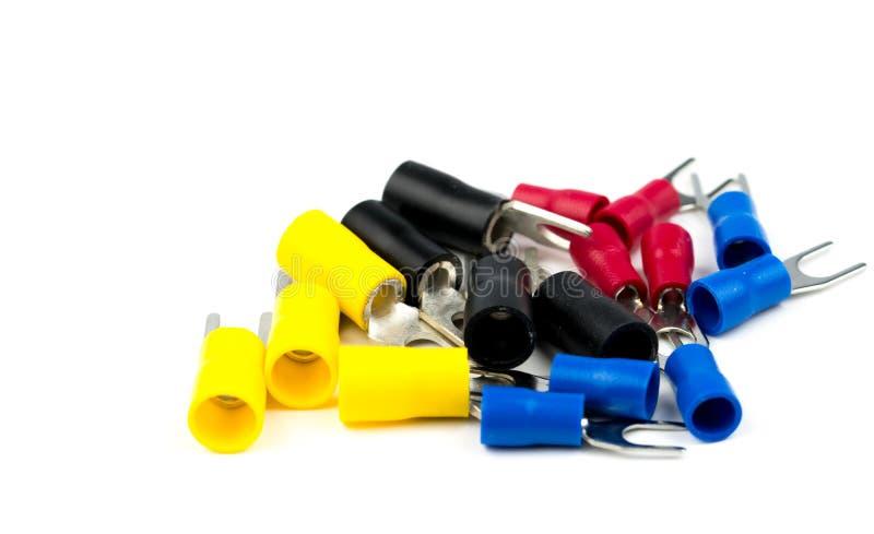 Grupp av tillbehör för kontaktdon för elektrisk kabel för spadeterminaler som isoleras på vit bakgrund royaltyfri fotografi