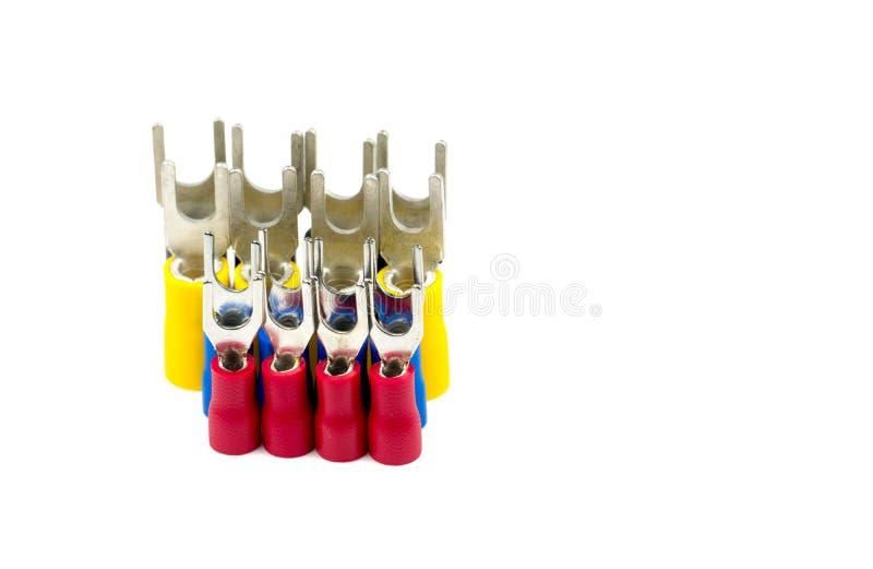 Grupp av tillbehör för kontaktdon för elektrisk kabel för spadeterminaler som isoleras på vit bakgrund royaltyfri bild