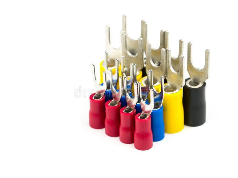 Grupp av tillbehör för kontaktdon för elektrisk kabel för spadeterminaler som isoleras på vit bakgrund royaltyfria foton