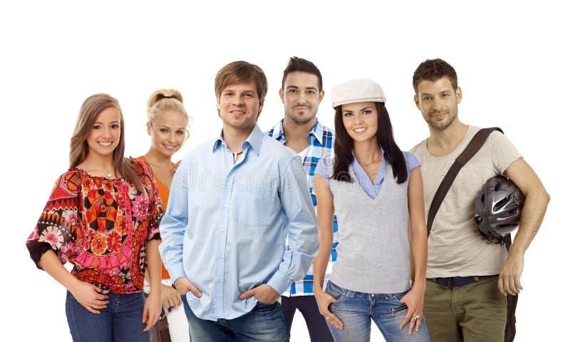 Grupp av tillfälliga ungdomar royaltyfria foton