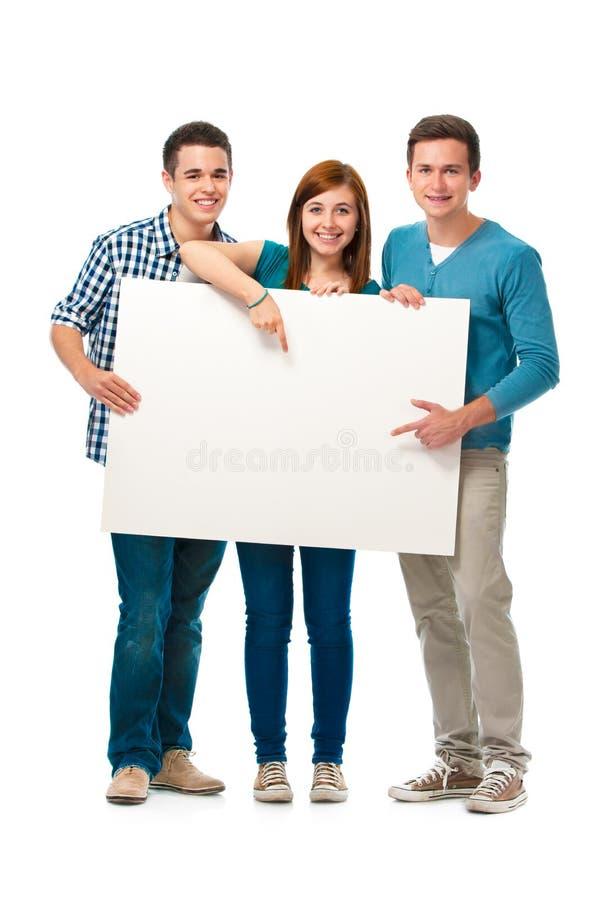 Grupp av tonår med ett baner arkivbild