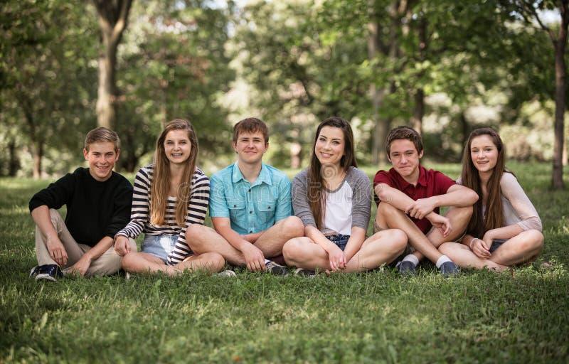 Grupp av tonår utomhus royaltyfri foto