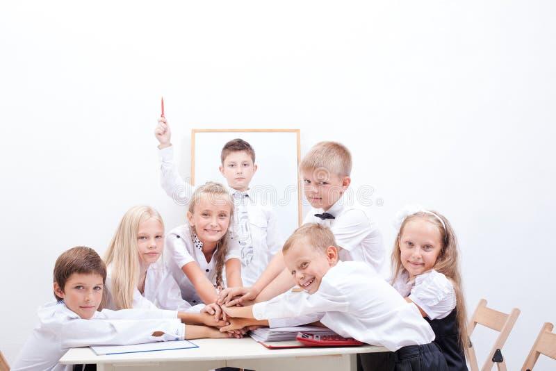 Grupp av tonåriga elever Dem som rymmer deras händer royaltyfri foto