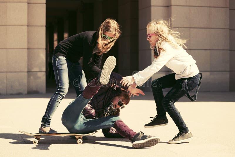 Grupp av tonåriga flickor som spelar med skateboarden royaltyfri foto