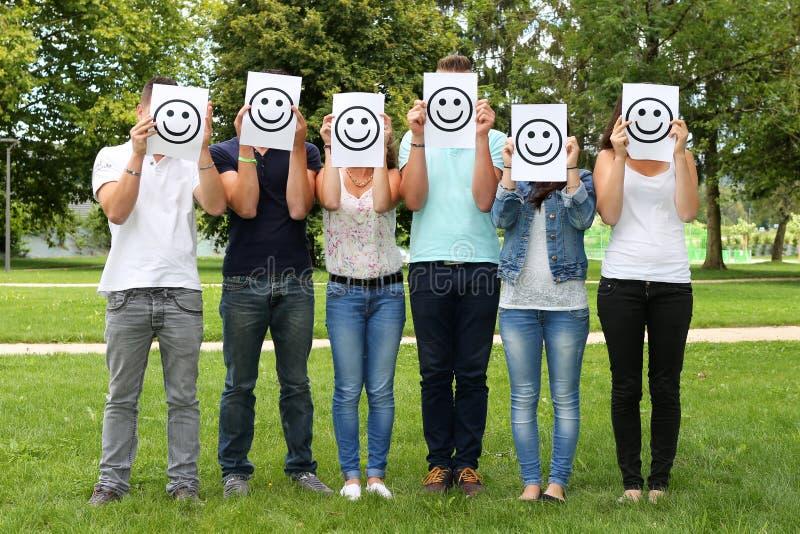 Grupp av tonåringar royaltyfri bild