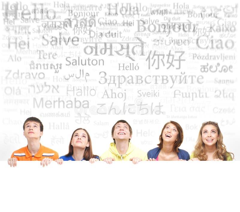 Grupp av tonåringar med ett mellanrum, vit affischtavla arkivbild
