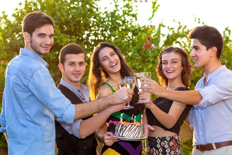 Grupp av tonåringar som firar en födelsedag royaltyfri bild