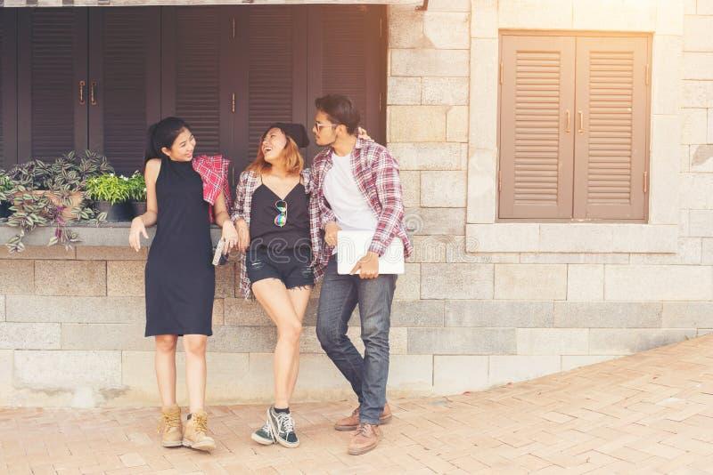 Grupp av tonåringar som ut hänger i den stads- miljön, sommarhol arkivbild