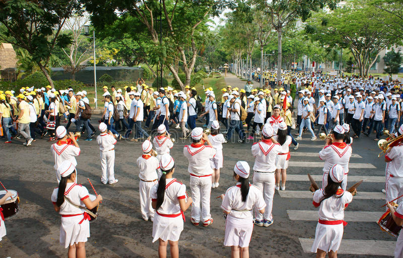 Grupp av tonåringen som spelar musikinstrument royaltyfri bild