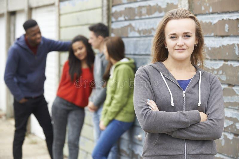 Grupp av tonårs- vänner som ut hänger i stads- inställning royaltyfri bild