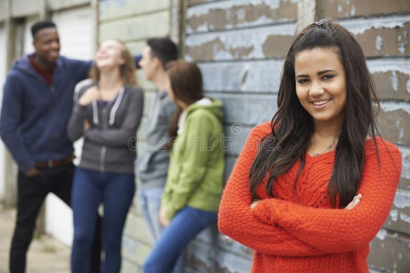 Grupp av tonårs- vänner som ut hänger i stads- inställning arkivfoton