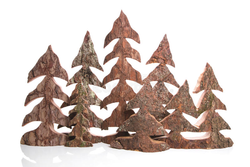 Grupp av trähandgjorda julträd - hemslöjder. arkivfoto