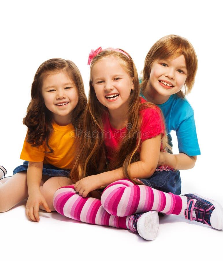 Grupp av tre 7 år gamla ungar arkivbild