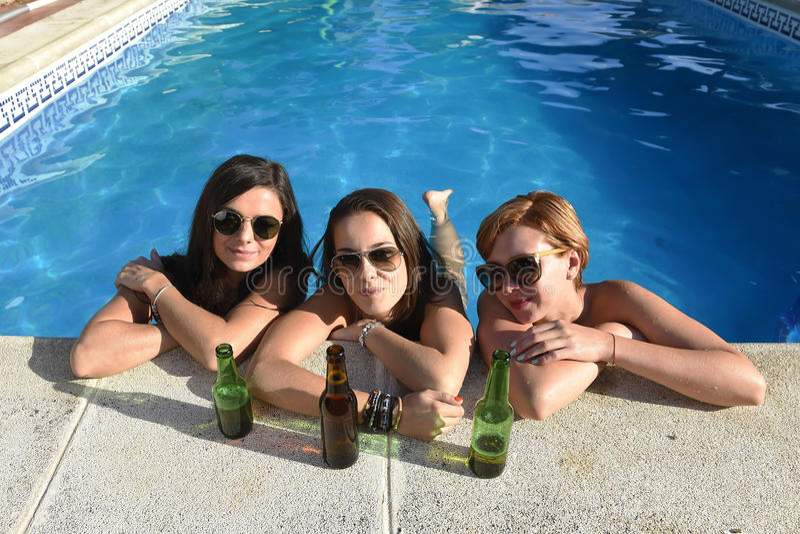Grupp av tre lyckliga härliga flickavänner som har badet i swimm royaltyfri bild