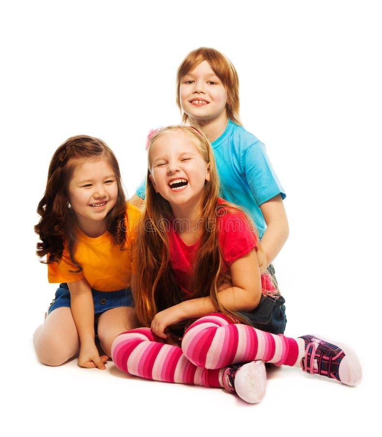 Grupp av tre lyckliga lilla ungar arkivbild