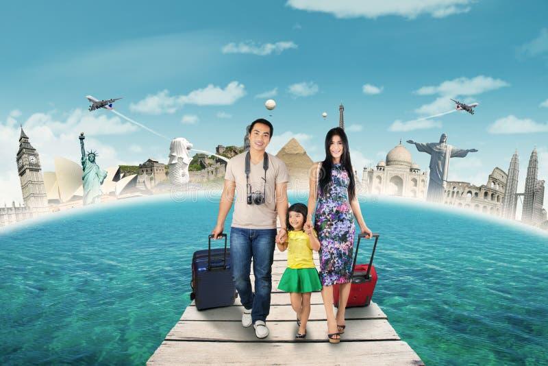 Grupp av turist- resande till världsmonumentet arkivfoto