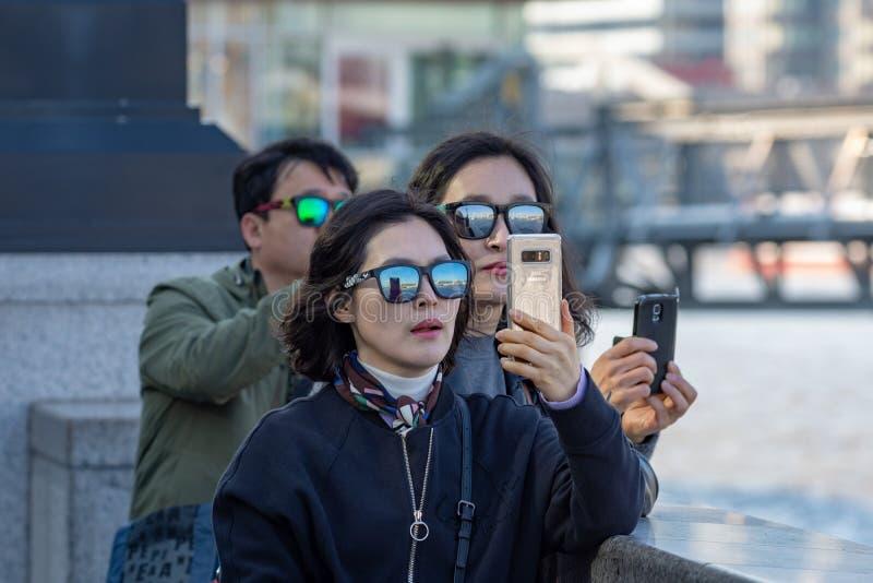 Grupp av turister i London royaltyfria foton