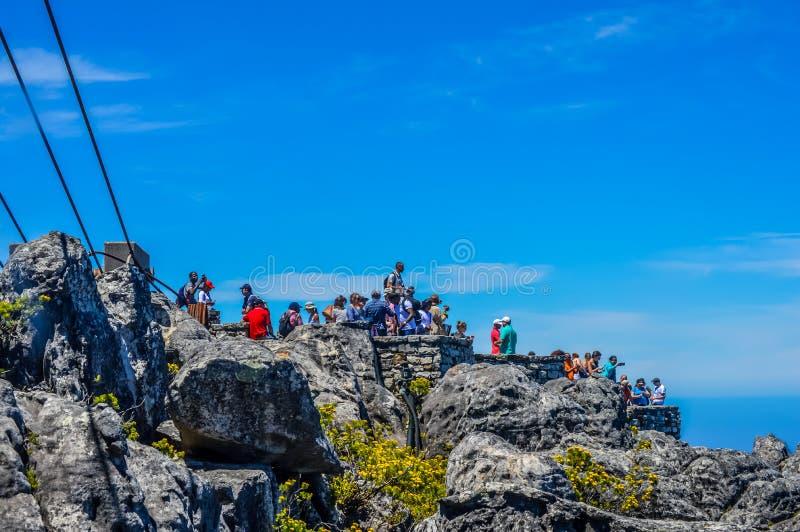 Grupp av turister i uddestad på tabellberget i Sydafrika royaltyfria foton