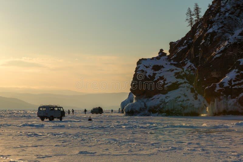 Grupp av turister på isen nära ön Lohmaty arkivfoto