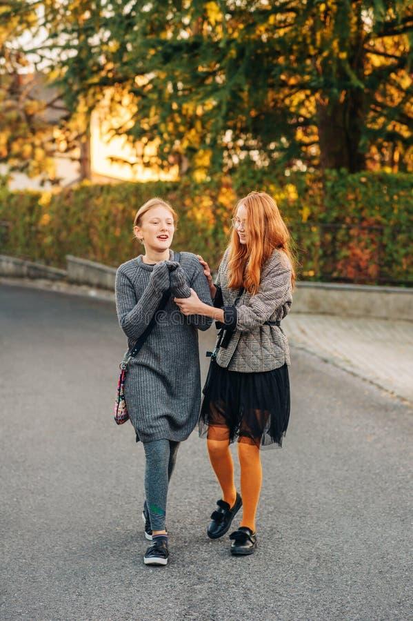 Grupp av två roliga preteen flickor som utanför går arkivfoton