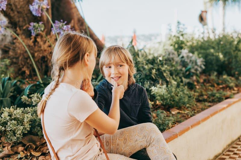 Grupp av två roliga ungar som tillsammans utanför spelar arkivbild