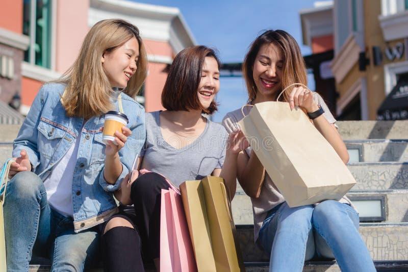 Grupp av ung asiatisk kvinnashopping i en utomhus- marknad med sh arkivfoto