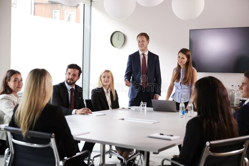 Grupp av unga affärsmän och affärskvinnor som möter runt om tabellen på den doktorand- rekryteringbedömningdagen royaltyfria foton