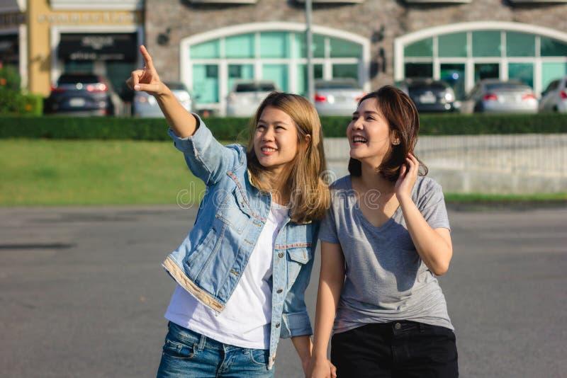 Grupp av unga asiatiska kvinnor som går i en utomhus- marknad i stads- stad arkivfoton