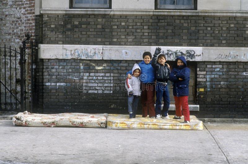 Grupp av unga barn i den stads- gettot, Bronx, NY royaltyfri bild