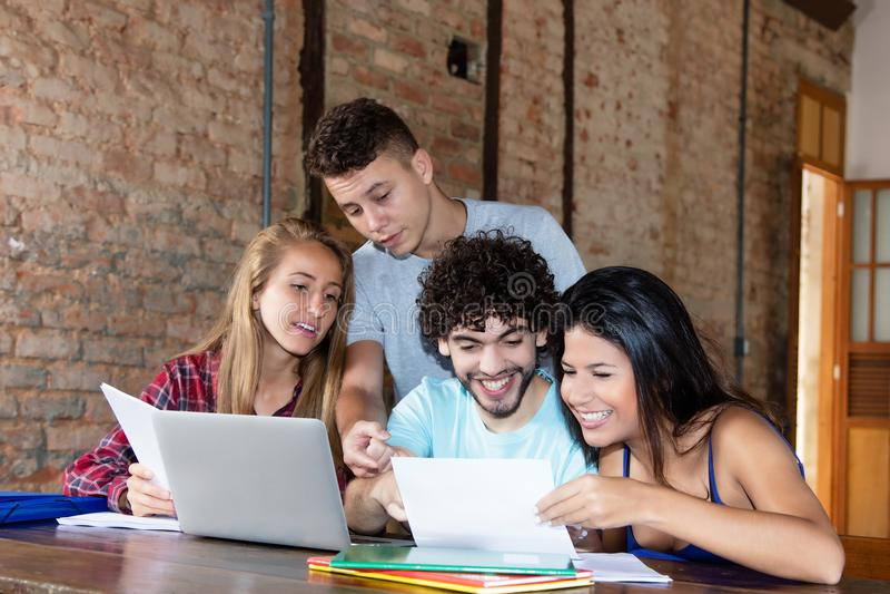 Grupp av unga caucasian studenter som tillsammans lär arkivfoton