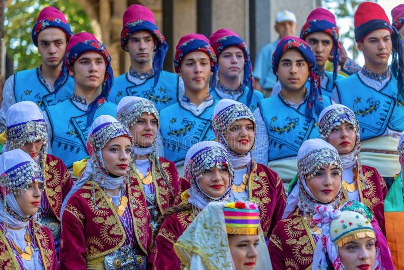 Grupp av unga dansare från Turkiet i traditionell dräkt arkivbild