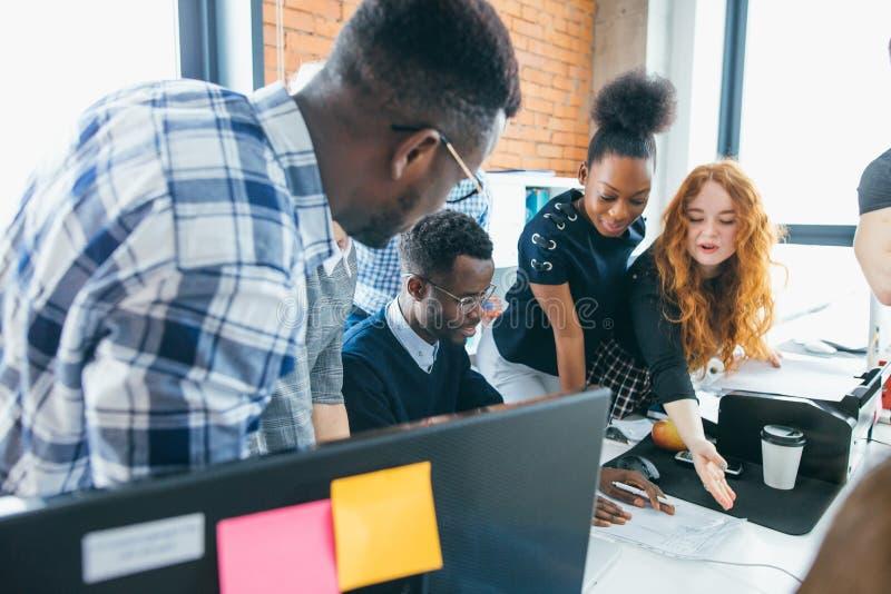 Grupp av unga entreprenörer som utgör nya idéer om affär royaltyfria bilder