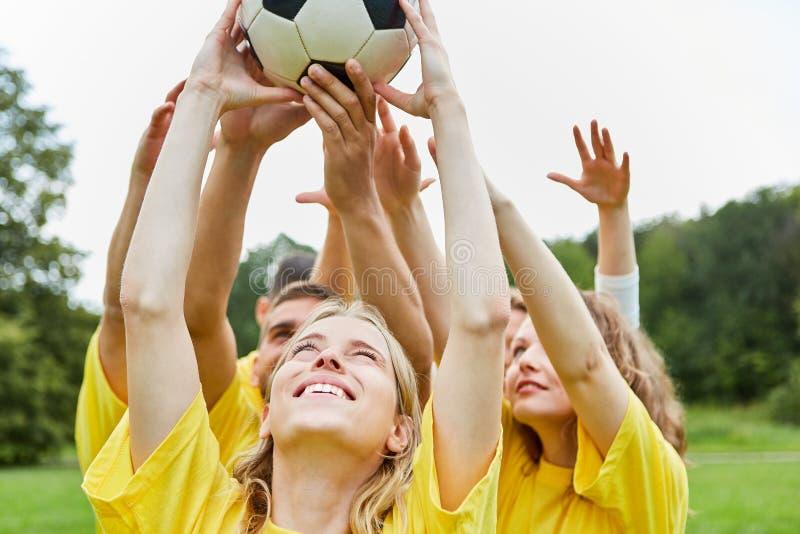 Grupp av unga fotbollspelare i lagutbildning royaltyfria foton