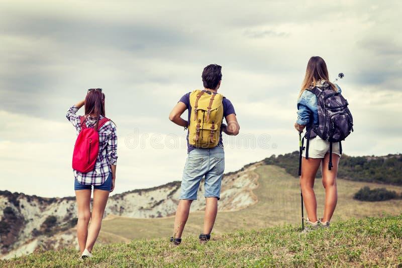 Grupp av unga fotvandrare som går in mot horisonten fotografering för bildbyråer