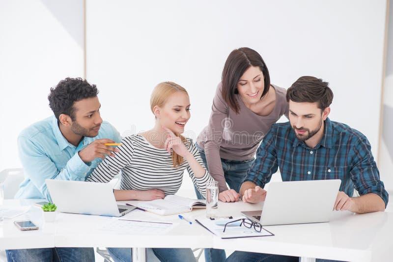 Grupp av unga kollegor som har möte på kontoret arkivbilder