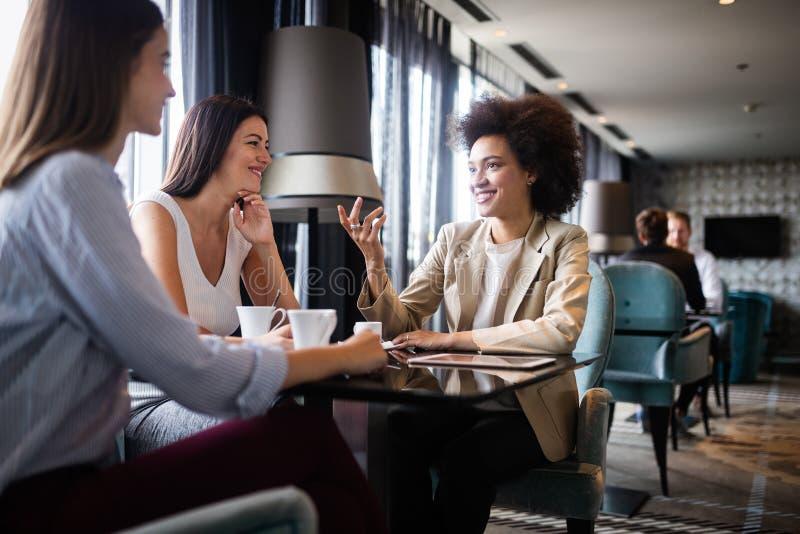 Grupp av unga kvinnliga vänner som möter i kafé royaltyfria foton