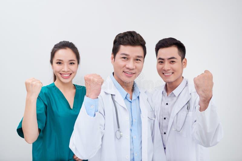 Grupp av unga och lyckade doktorer över den abstrakta bakgrunden arkivfoton