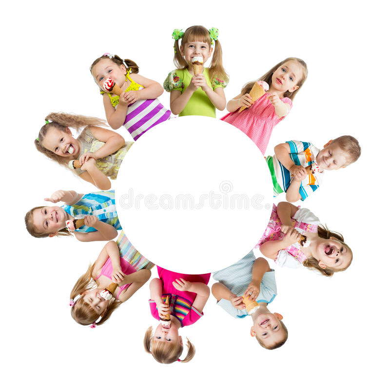 Grupp av ungar eller barn som äter glass royaltyfri foto